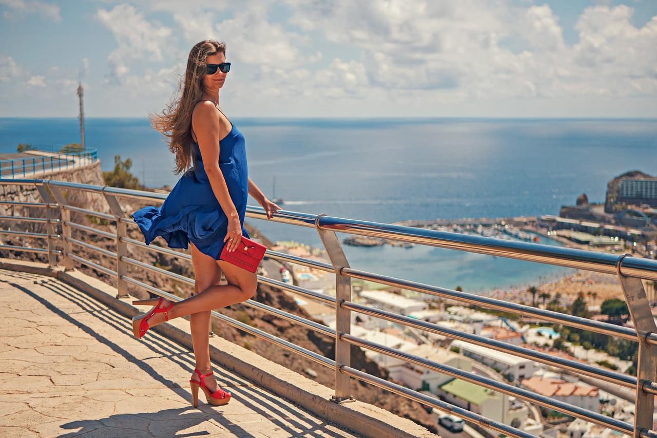mavi elbiseli siyah güneş gözlüklü ince bacaklı seksi kadın